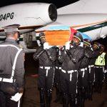 Haut-Katanga : La dépouille de Gabriel Kyungu accuilie au pied de l'avion par Sama Lukonde